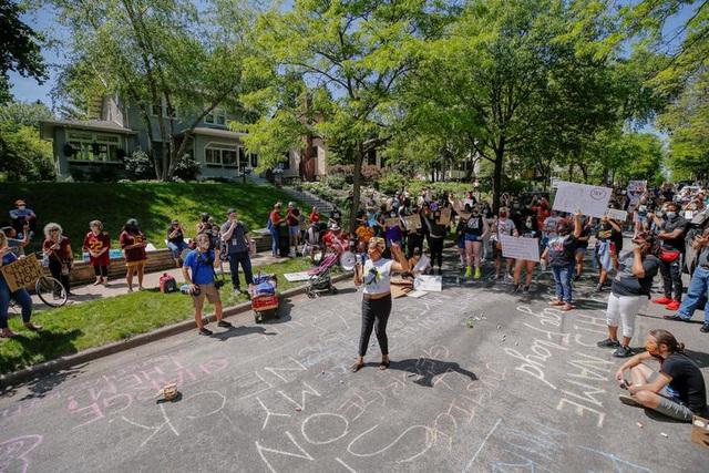 Hoạt động biểu tình ôn hòa trước nhà Tổng chưởng lý Minnesota Mike Freeman để đòi công lý cho Floyd hôm 28/5.