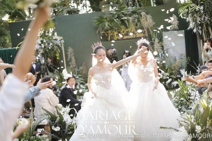 Đám cưới của Thủy Nguyệt có sự tham gia đông đảo của bạn bè, người thân.