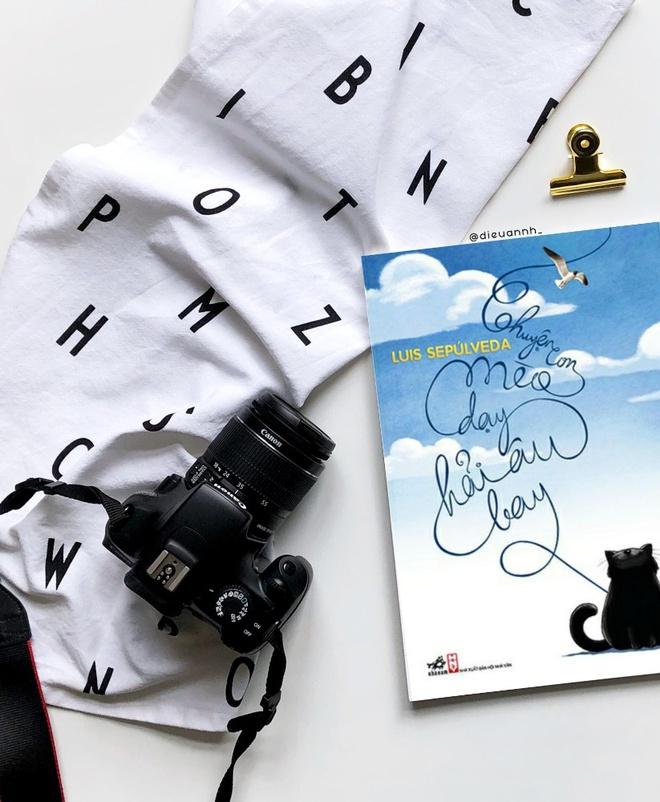 Chuyện con mèo dạy hải âu bay (tác giả Luis Sepúlveda, dịch giả Phương Chi) là một tác phẩm quen thuộc với rất nhiều người. Cuốn sách nói về tình bạn kỳ lạ củachú mèo mun béo ú Zorba và cô hải âu Kengah. Bên cạnh đó là những thông điệp ý nghĩa và cuộc sống.
