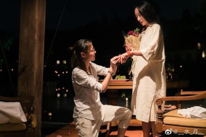 Thủy Nguyệt (bên phải) được cầu hôn.