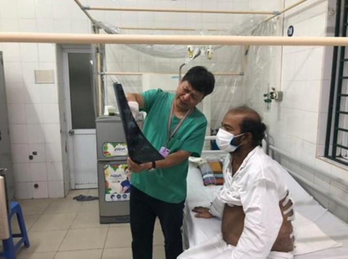 Bệnh nhân quốc tịch Sri Lanka trong quá trình điều trị tại Bệnh viện Hữu nghị Việt Đức. (Ảnh: PV/Vietnam+)