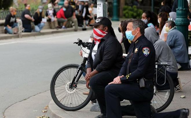 Cảnh sát trưởng của thành phố Santa Cruz, ông Andy Mills, cũng tham gia biểu tình ôn hoà. Ảnh: Instagram.