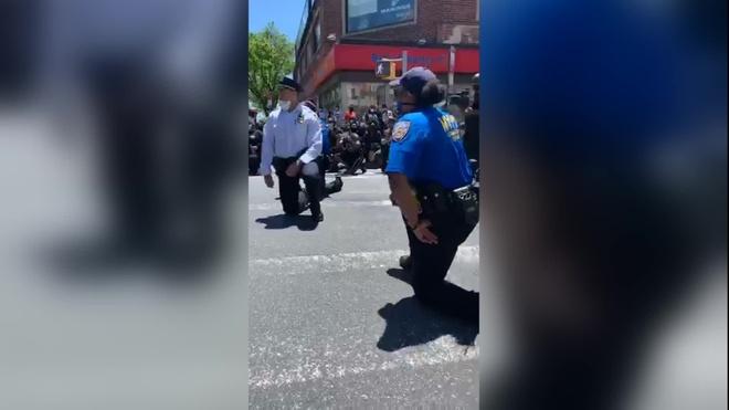 Đoạn video cho thấy nhiều sĩ quan cảnh sát cùng quỳ gối với người biểu tình. Ảnh: CNN.