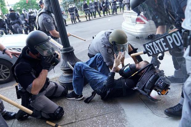 Cảnh sát Louisville khống chế người biểu tình quá khích (31/5).