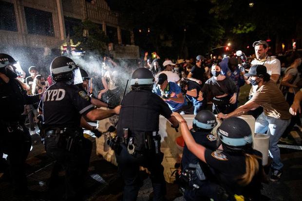 Cảnh sát sử dụng đạn hơi cay với đám đông quá khích (Brooklyn, New York)