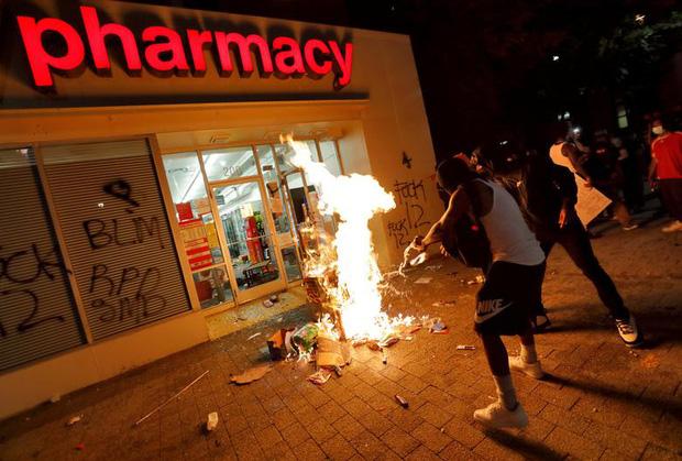 Người biểu tình cướp phá rồi đốt ngay trước cửa hiệu thuốc CVS (Raleigh, North Carolina) ngày 30/5