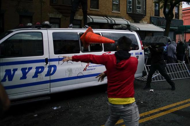 Xe cảnh sát bị người biểu tình tấn công bằng mọi cách.