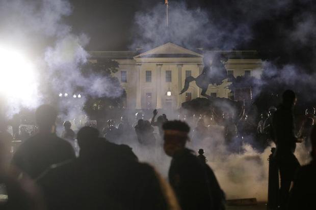 Nhiều người biểu tình đã cố tiến vào nhà Trắng tại Washington DC đây là lần đầu tiên trong lịch sử Nhà Trắng đã buộc phải tắt hết tất cả các thiết bị điện đèn sáng.