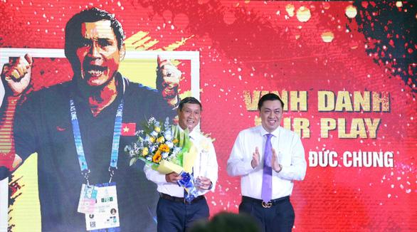HLV Mai Đức Chung (trái) nhận giải thưởng Vinh danh Fair Play 2019 - Ảnh: N.K.