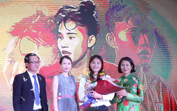 Chương Thị Kiều (thứ hai từ phải) nhận giải thưởng Fair Play 2019 - Ảnh: N.K.