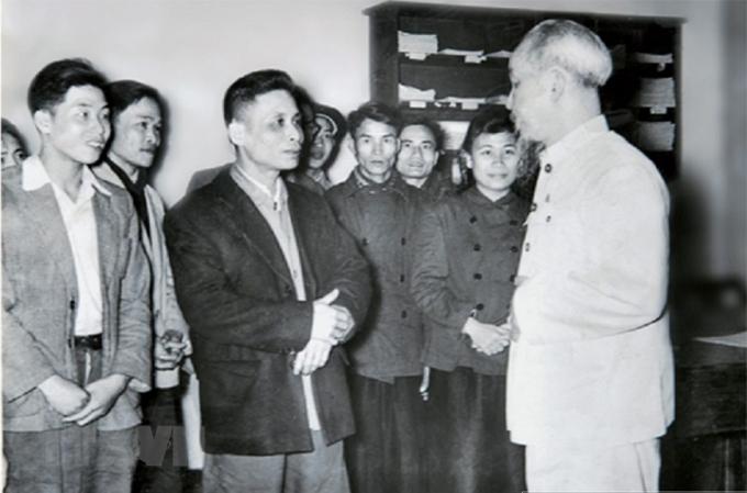 Bác Hồ thăm và chúc Tết cán bộ, phóng viên Báo Nhân Dân, năm 1957. (Ảnh: Tư liệu/TTXVN)