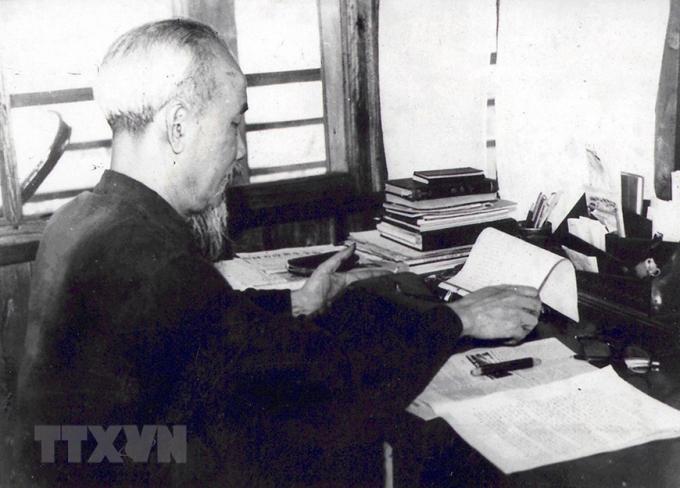 Trong suốt quá trình hoạt động cách mạng và trên cương vị người đứng đầu đất nước, Bác Hồ đã viết hàng nghìn bài báo với nhiều thể loại và bằng nhiều bút danh khác nhau. Trong ảnh: Bác Hồ làm việc tại tầng 2 Nhà sàn trong Phủ Chủ tịch, tháng 4/1960. (Ảnh: Tư liệu TTXVN)