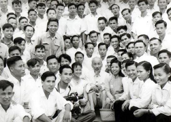 Chủ tịch Hồ Chí Minh với các nhà báo, năm 1960. (Ảnh: Tư liệu TTXVN)