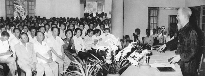 """Tại Đại hội lần thứ III Những người viết báo Việt Nam, Chủ tịch Hồ Chí Minh căn dặn: 'Cán bộ báo chí cũng là chiến sỹ cách mạng. Cây bút, trang giấy là vũ khí sắc bén"""" (8/9/1962). Ảnh: Tư liệu/TTXVN)"""