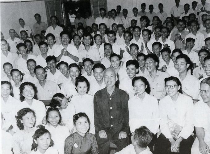 Tại Đại hội lần thứ III Những người viết báo Việt Nam, Chủ tịch Hồ Chí Minh căn dặn: 'Cán bộ báo chí cũng là chiến sỹ cách mạng. Cây bút, trang giấy là vũ khí sắc bén (8/9/1962). (Ảnh: Tư liệu/TTXVN)