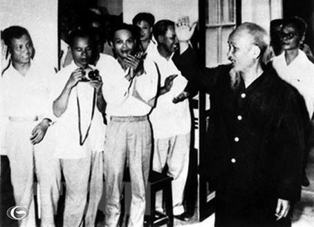 Chủ tịch Hồ Chí Minh gặp gỡ các đại biểu dự Đại hội đại biểu Hội Nhà báo Việt Nam lần thứ III, tháng 3/1963. (Ảnh: Tư liệu/TTXVN)