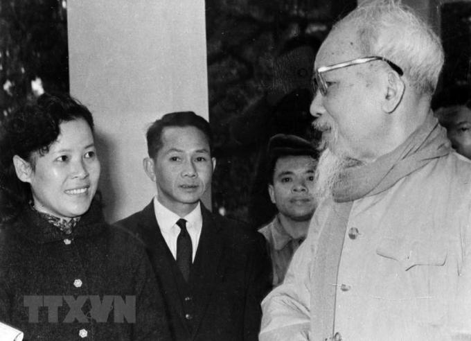 Chủ tịch Hồ Chí Minh dặn dò nữ phóng viên Tuệ Oanh của Việt Nam Thông tấn xã về cách viết tin trong dịp đưa tin cuộc bầu cử Quốc hội khóa III (26/4/1964). (Ảnh: Tư liệu TTXVVN)