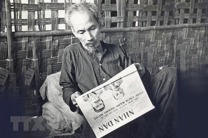 Bác Hồ là độc giả tích cực của báo chí trong nước và thế giới. Bác tự rèn mình một phong cách đọc báo đều đặn, nghiêm túc. Bác không hẹn tiếp khách vào đầu giờ làm việc hàng ngày, giờ đó việc đầu tiên là Người xem qua các báo. Trong ảnh: Bác Hồ đọc báo Nhân Dân ở chiến khu Việt Bắc (1951). (Ảnh: Tư liệu TTXVN)