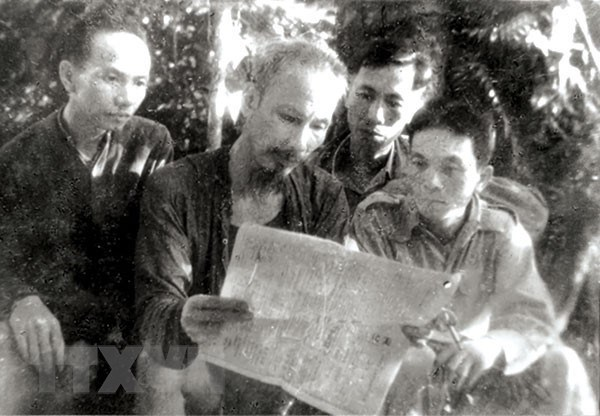 Chủ tịch Hồ Chí Minh cùng các đồng chí Trường Chinh, Lê Đức Thọ, Võ Nguyên Giáp đọc báo tại ATK Thái Nguyên, năm 1947. (Ảnh: Tư liệu/TTXVN)