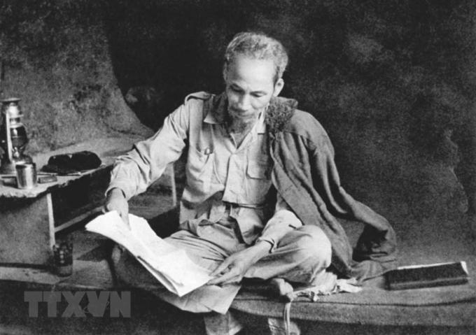 Bác Hồ không những là nhà báo mà còn là độc giả tích cực của báo chí trong nước và thế giới. Bác tự rèn mình một phong cách đọc báo đều đặn, nghiêm túc. Trong ảnh: Bác Hồ đọc báo ở chiến khu Việt Bắc (1951). (Ảnh: Tư liệu TTXVN)