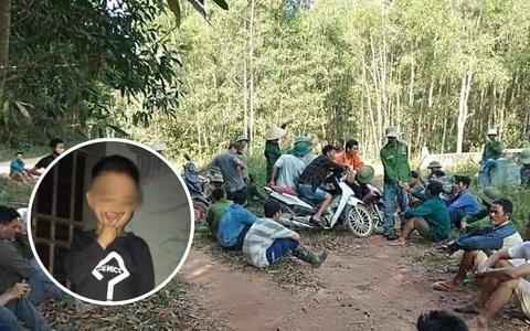 Người dân và gia đình vào rừng tìm kiếm bé Đ.