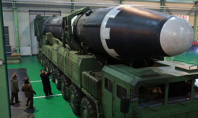 Kim Jong-un thị sát tên lửa đạn đạo Hwasong-15 hồi năm 2017. Ảnh: KCNA.