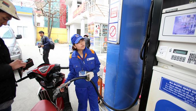Giá xăng tăng thêm gần 900 đồng/lít