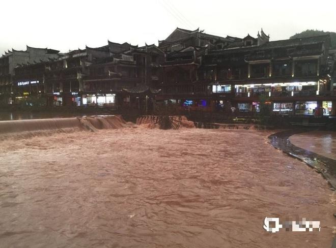 Phượng Hoàng cổ trấn ngập lụt. Ảnh: Taiwan News.