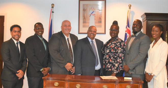 Dee-Ann Kentish-Rogers (ngoài cùng bên phải) và các đại diện APM trong buổi nhậm chức. Ảnh: Thedailyherald.