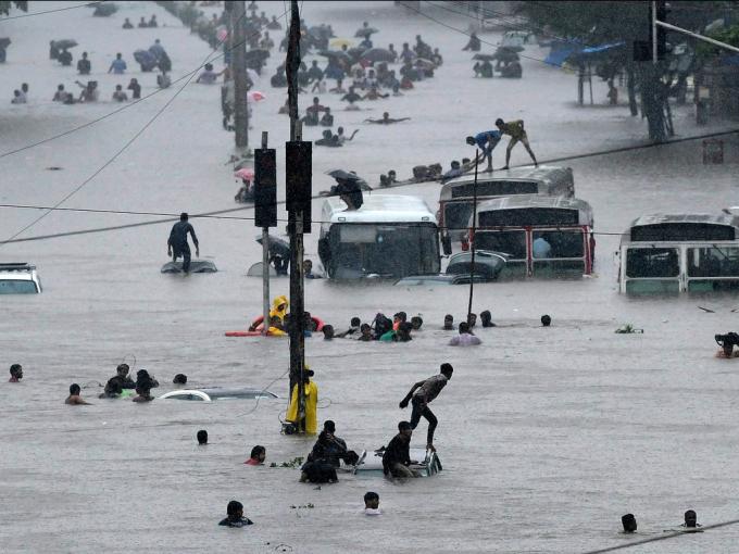 Nhiều ảnh gia Shivam Laila đã chụp lại khung cảnh con người chống chọi với trận lũ ở Mumbai, Ấn Độ.Lúc này, nướcbao trùm cả tuyến phố,mọi người phải trèo lên xe bus để tránh nạn.