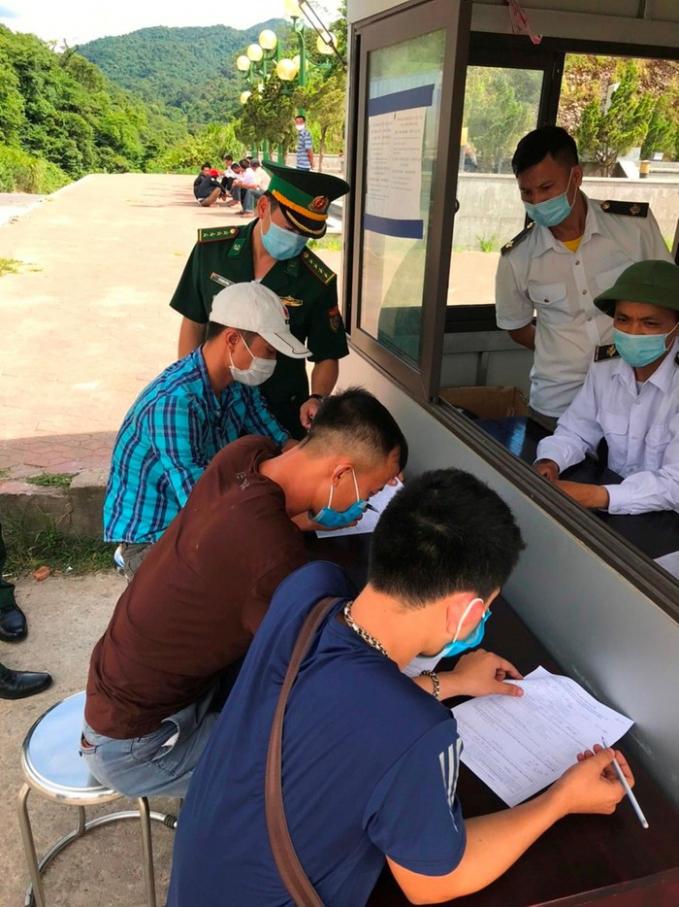 Các công dân làm thủ tục khai báo, đo thân nhiệt, kiểm tra y tế...