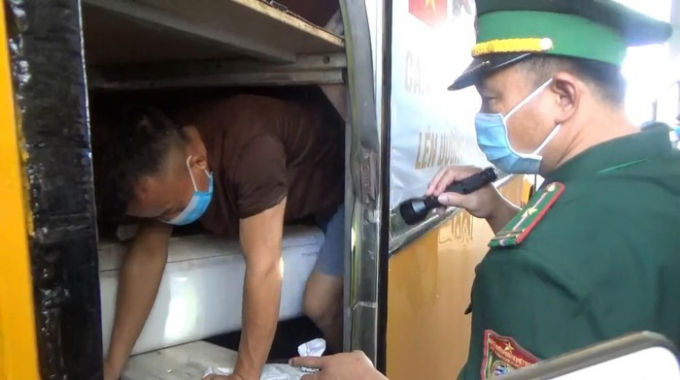 Phát hiện công dân chui trong hầm xe ô tô khách.