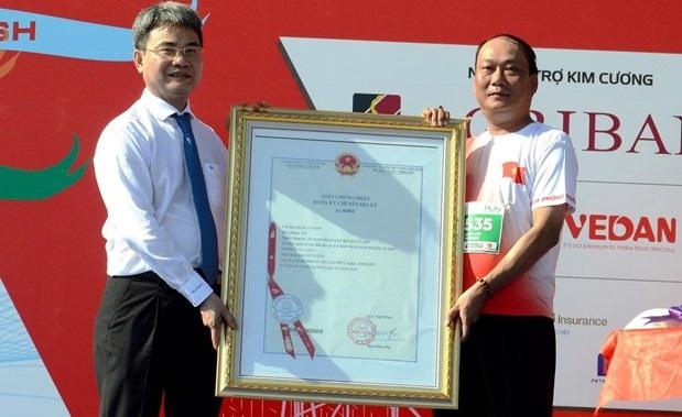 Chứng nhận chỉ dẫn địa lý tỏi Lý Sơn cho chính quyền và nhân dân huyện Lý Sơn (Ảnh: Lê Ngọc Phước/TTXVN).