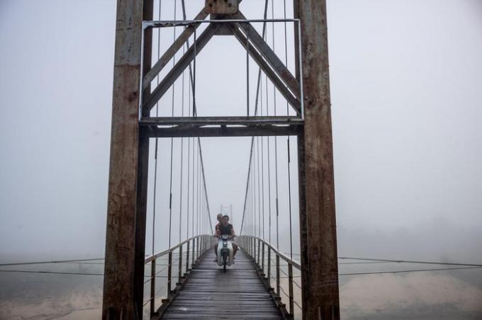 Patrick Scott chia sẻ 3 cách Để tới thị trấn Phong Nha, Bố Trạch đó là đáp chuyến bay từ thành phố biển Đồng Hới (Quảng Bình), đi xe buýt từ Huế, Hội An (Quảng Nam) hoặc mua vé tàu từ Đà Nẵng... Mọi người có thể dạo bộ, đi xe đạp hoặc thuê xe máy để đi quanh địa phương.