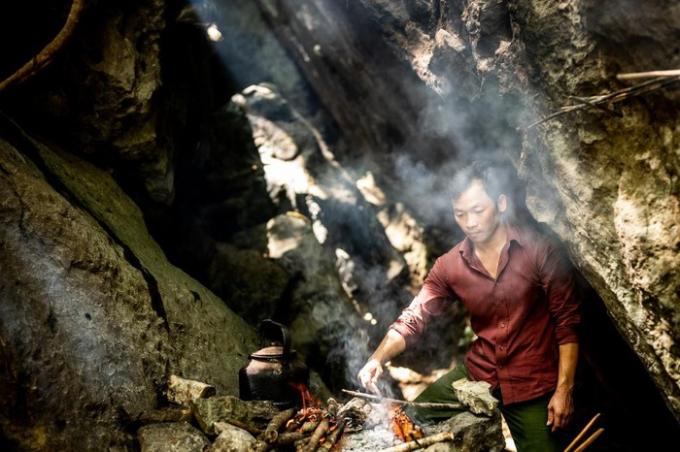 Patrick Scott đã tới động Phong Nha bằng thuyền với giá khoảng 8 USD, dạo chơi ở hang Thiên đường với giá khoảng 11 USD và bơi tại Hang Tối. Ngoài ra anh còn đặt các chuyến du ngoạn leo núi và cắm trại nhiều ngày tại các hang động. Anh tỏ ra thích thú với món gà nướng với sốt tiêu.
