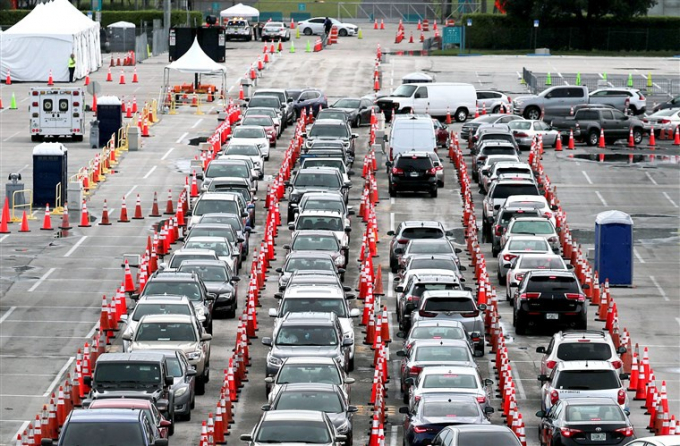 Ôtô xếp hàng bên ngoài một điểm xét nghiệm Covid-19 tại bang Florida. Ảnh: Getty.