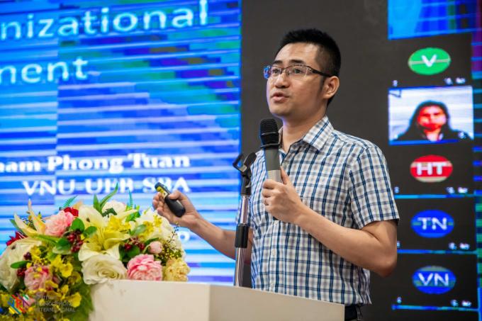 PGS.TS Nhâm Phong Tuân với tham luận Tác động của chuyển đổi số tới quản trị chiến lược tổ chức