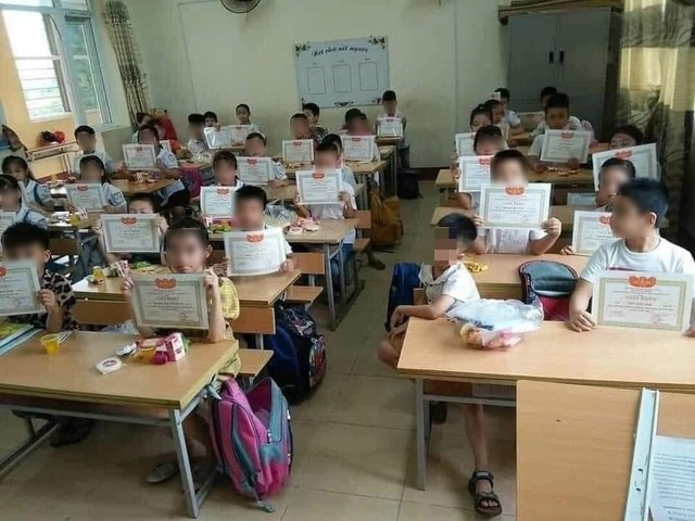 Bức ảnh cả lớp được nhận giấy khen còn 1 em thì không lan truyền MXH.