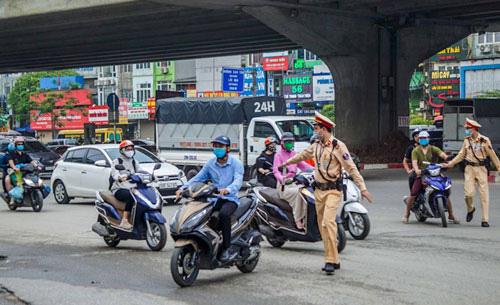 Cảnh sát giao thông được trang bị nhiều loại súng khi tuần tra, kiểm soát