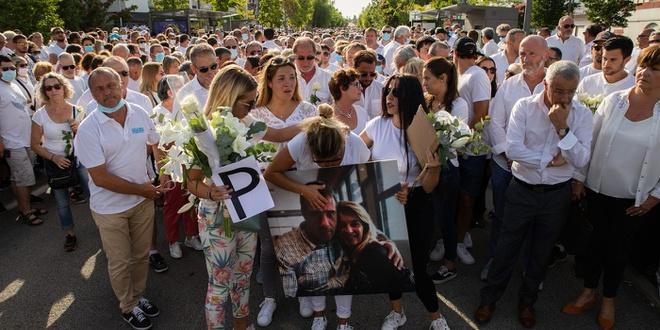 Veronique Monguillot - vợ tài xế xe buýt Philippe Monguillot - dẫn đầu một cuộc diễu hành thầm lặng ở Bayonne, Pháp, ngày 8/7 nhằm tưởng nhớ ông. Ảnh: Getty.