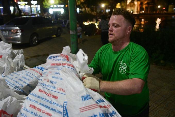 Giáo viên người nước ngoài 4 năm dọn rác đêm ở Hà Nội