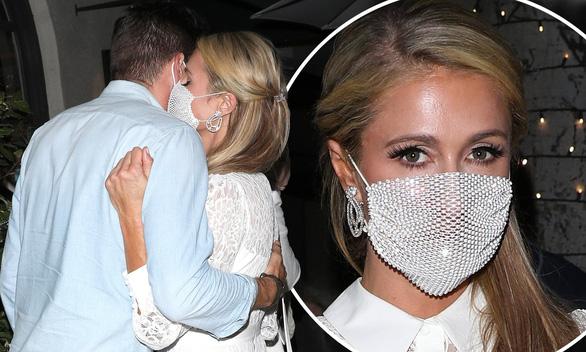 Mọi sự chú ý đều đổ dồn vào chiếc khẩu trang lưới của Paris Hilton - Ảnh: MEGA