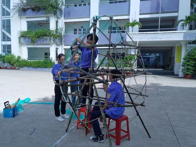 Thùng rác hình cá được nhóm học sinh lớp 10 có hoàn cảnh đặc biệt thực hiện.