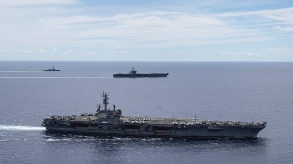 Tàu sân bay USS Ronald Reagan (trước) và tàu sân bay USS Nimitz của Hải quân Mỹ cùng các tàu chiến và máy bay dàn đội hình ở Biển Đông hôm 6-7 - Ảnh: AP/Hải quân Mỹ