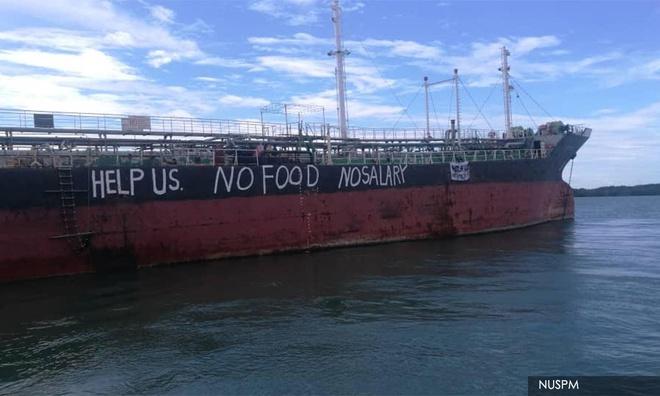 Các thủy thủ viết chữ cầu cứu trên mạn tàu Việt Tín 01. Ảnh: Liên minh Thủy thủ Quốc gia Malaysia (NUSPM).