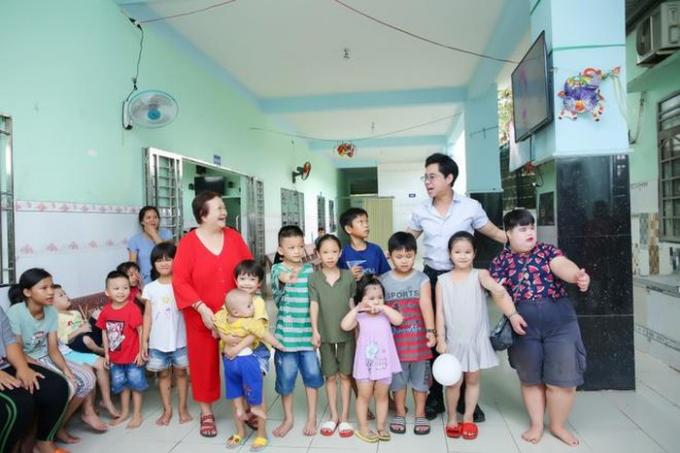 Ca sĩ Ngọc Sơn chu cấp và nuôi dưỡng hơn 100 trẻ mồ côi, khuyết tật