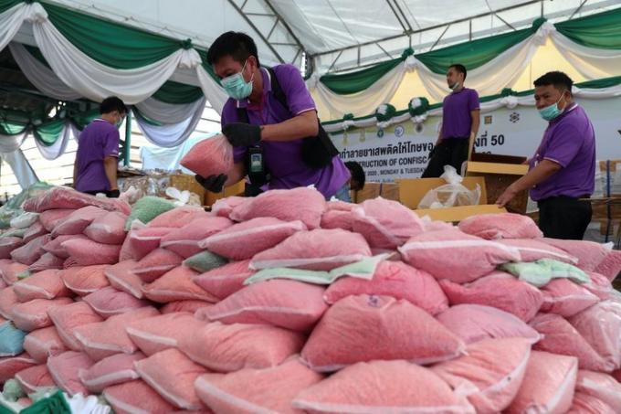 Cảnh sát chống ma túy Thái Lan xếp các bịch chứa viên ma túy đá (yaba) để tiêu hủy trong sự kiện hồi tháng 6 tại tỉnh Ayutthaya. Ảnh: Reuters.