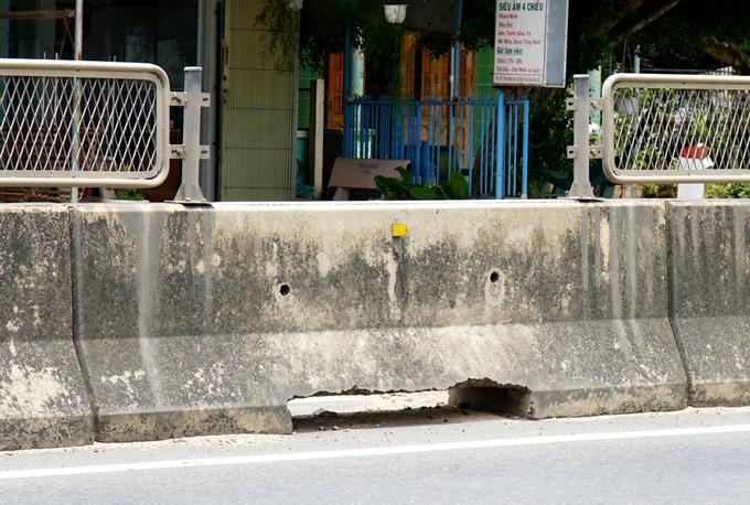 Một tấm chống lóa bị gỡ khỏi dải phân cách ở xã Bình Tân, huyện Bắc Bình. Ảnh: Việt Quốc.