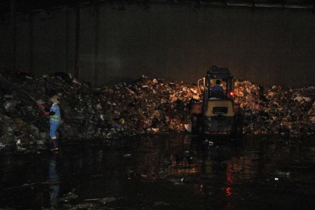 Ông Khải cho biết,việc tập kết rác này sẽ kéo dài từ tối nay cho đến 4h30 sáng hôm sau. Bãi rác Cầu Diễn đã bị người dân bủa vây, chặn xe rác khiến lượng rác bị ứ đọng. Đây là tình huống ứng phó khẩn cấp theo chỉ đạo của thành phố, đơn vị sẽ cố gắng kiểm soát tối đa mùi, nước rác.