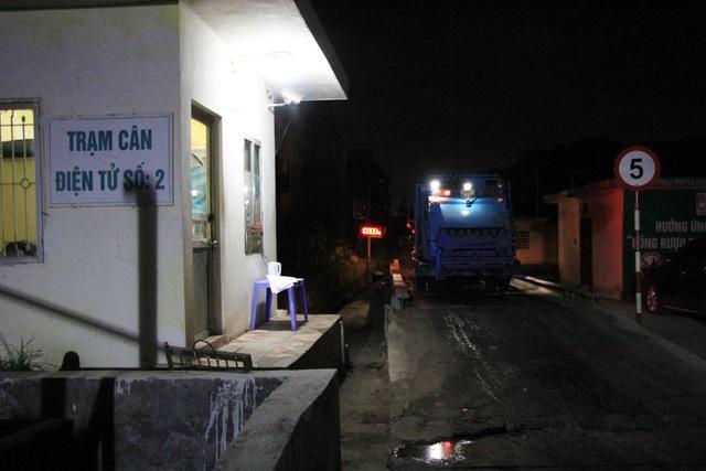 Ông Trần Văn Khải, Phó Giám đốc Urenco 7 cho biết, đơn vị huy động 60 nhân công, hai máy ủi và chuẩn bị hóa chất khử mùi, bể lưu nước rác để tiếp nhận 1.200 tấn rác mỗi ngày trong một tuần.